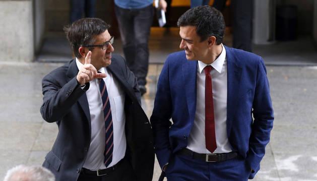 El presidente del Congreso, Patxi López, conversa con el líder del PSOE, Pedro Sánchez.