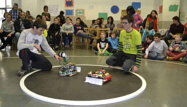 Dos jóvenes ponen a punto sus construcciones antes del combate.