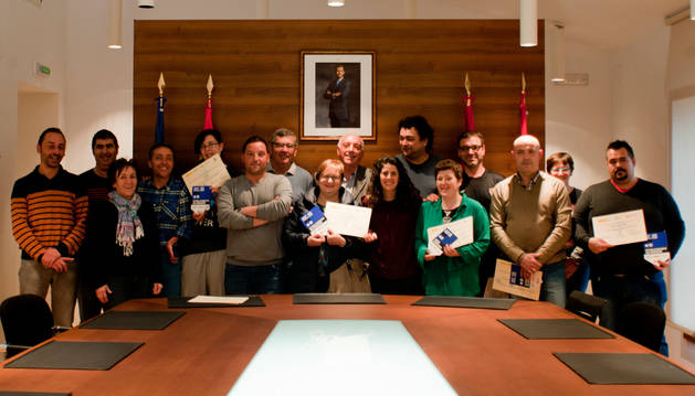 Hosteleros y alcaldes de los pueblos del Valle del Aragón, en la entrega de diplomas, ayer.