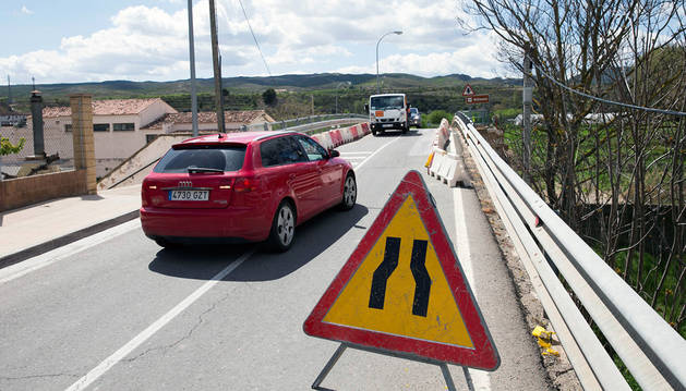 Vehículos circulan por el puente tras una señal de estrechamiento de la calzada.