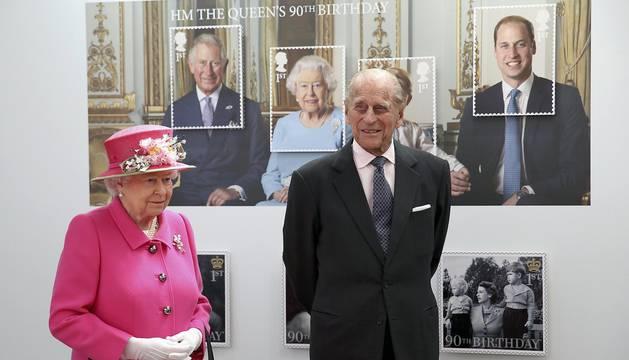 La Reina Isabel de Inglaterra cumple 90 años rodeada de familiares y amigos.