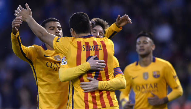 Luis Suárez celebra un gol con Messi.