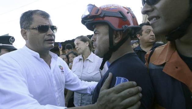 El presidente de Ecuador, Rafael Correa, visita la zona del desastre.