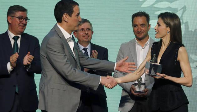 La reina Letizia entrega el Premio El Barco de Vapor 2016 a Roberto Santiago por 'Los Protectores'.