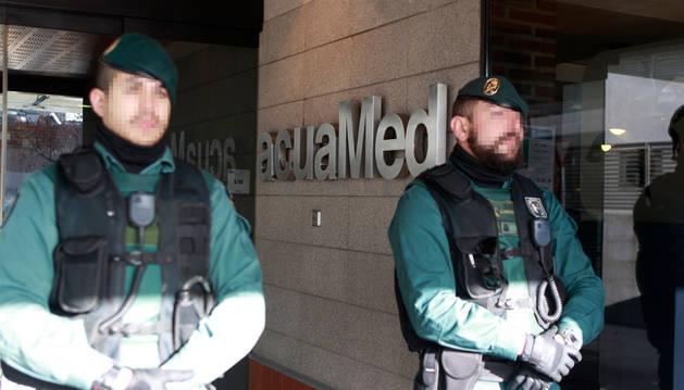 La Guardia Civil, en la sede de la empresa Aguas de las Cuencas Mediterráneas (Acuamed).