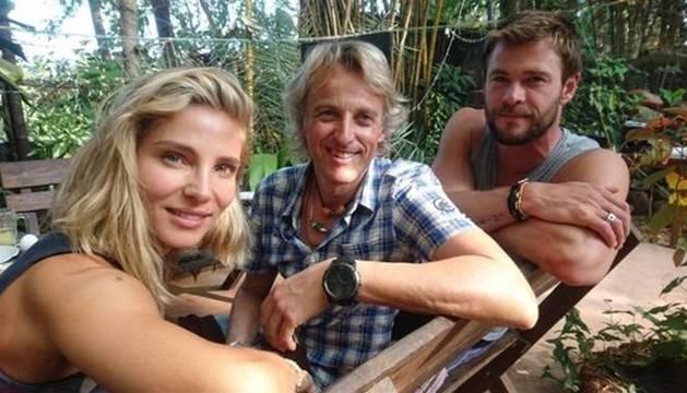 Elsa Pataky, Jesús Calleja y Chris Hemsworth.