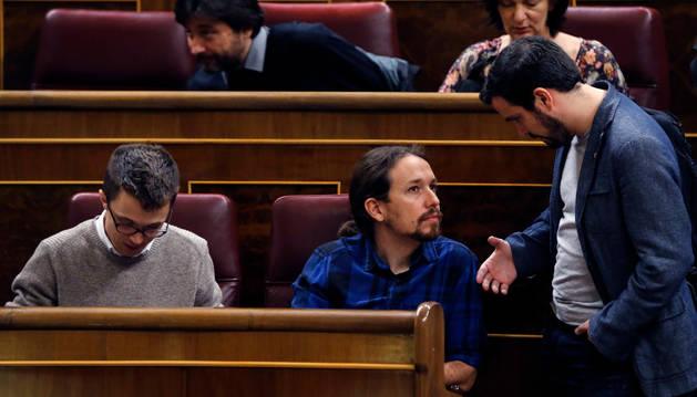 El diputado de IU, Alberto Garzón (d) conversa con el líder de Podemos, Pablo Iglesias.