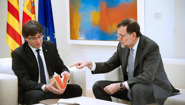 Mariano Rajoy entrega una copia del Quijote a Carles Puigdmont.