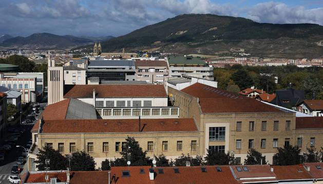 Vista del centro de formación profesional de Salesianos, con la calle Aralar a la izquierda y la Media Luna a la derecha.