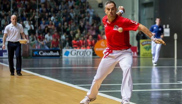 Aimar Olaizola golpea a una pelota durante la pasada final de Parejas en Bilbao.
