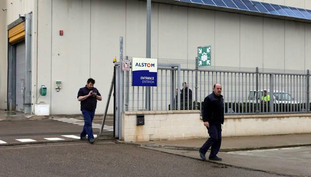 Varios trabajadores salen de la planta de General Electric de Buñuel.