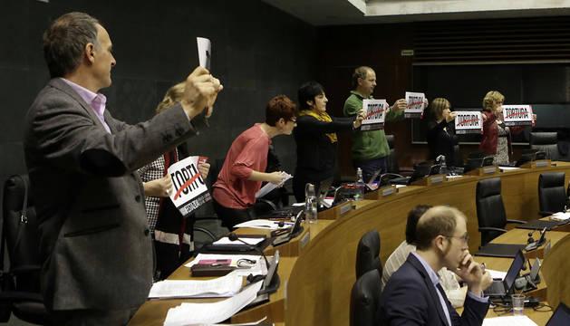 Los ocho parlamentarios de Bilbu, de pie y con carteles en los que se leía la palabra