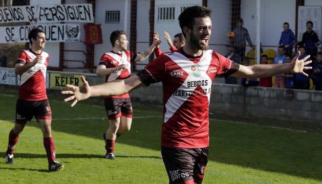Esteban Santesteban celebra el gol que dio la victoria al Gares en el minuto 94 contra el San Jorge.