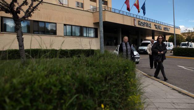 Varias personas salen del hospital Reina Sofía de Tudela.