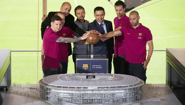 El Barça descubre la maqueta del nuevo Camp Nou.