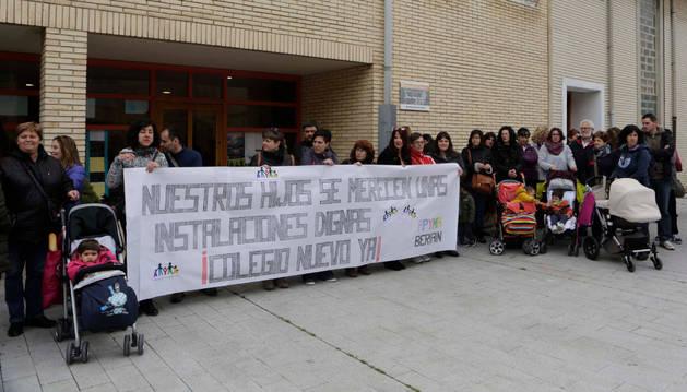 Familias y miembros de la apyma esperaron a la comisión de Educación y recordaron su reclamación.