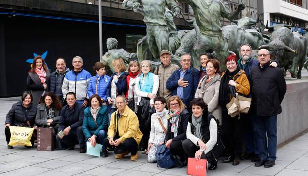 Los participantes en la ginkana se fotografía junto al monumento al Encierro, en la avenida de Carlos III, antes de iniciar la prueba.