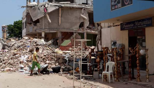 Un niño camina entre los destrozos que ha provocado el terremoto.