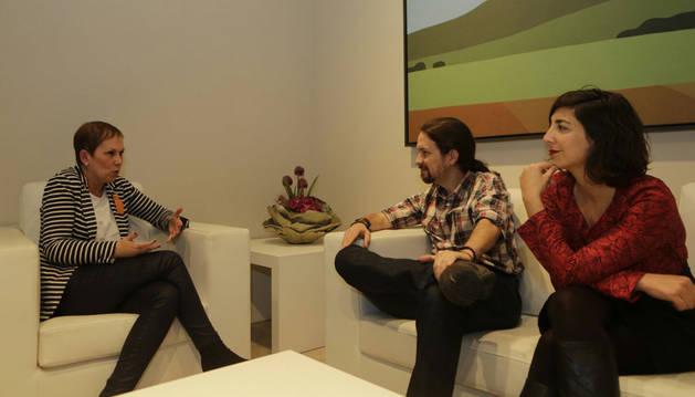 Pablo Iglesias, junto a la presidenta del Gobierno de Navarra, Uxue Barkos y la secretaria general de Podemos en Navarra, Laura Pérez.