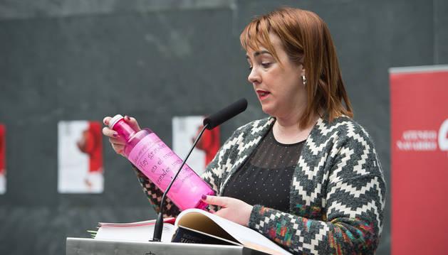 La presidenta del Parlamento de Navarra, Ainhoa Aznárez, lee el primer pasaje.