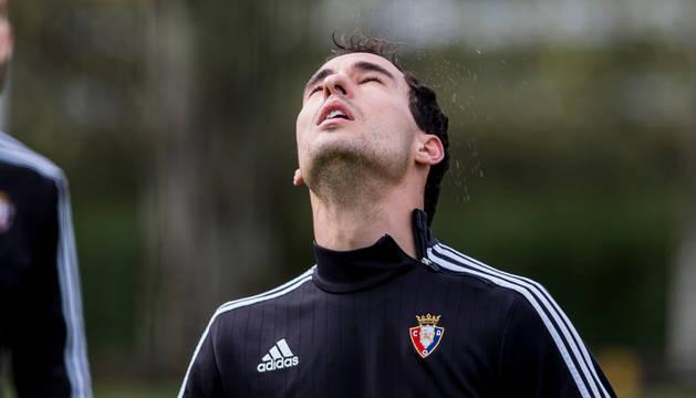 Unai García golpea el balón de cabeza en la relajada sesión de fútbol-tenis de ayer.