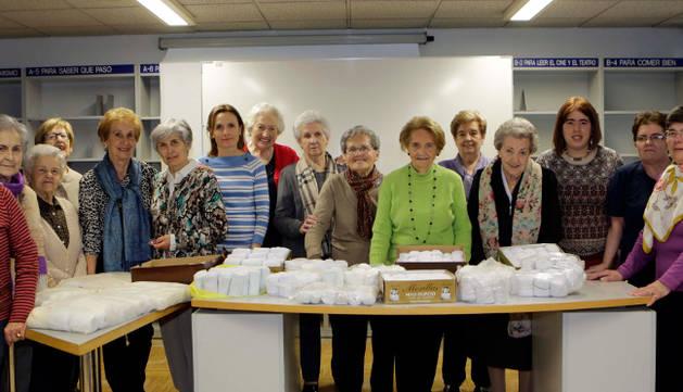 Algunas de las integrantes de la asociación, con Esther Ezquerro, voluntaria de la ONG Ayuda Contenedores (octava por la izquierda).