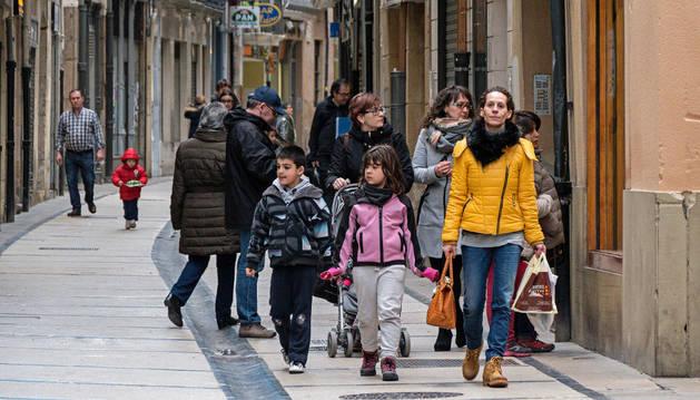 Un grupo de gente pasea por la calle Mayor, una importante vía comercial de Estella, en una imagen tomada el mes pasado.