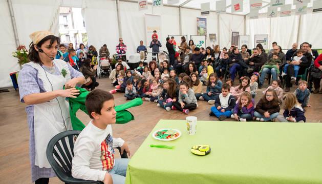 Un niño disfruta del cuentacuentos infantil organizado para celebrar el Día del Libro.