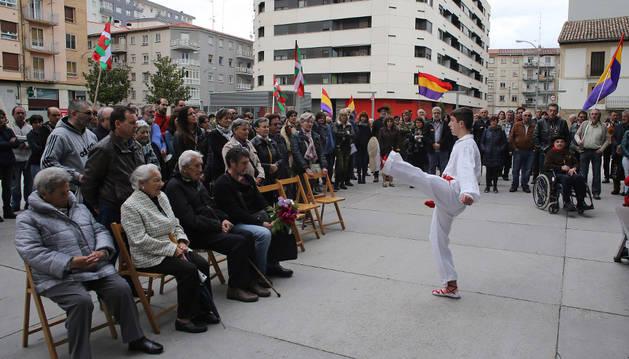 Un joven dantzari baila un aurresku ante algunos familiares de los asesinados