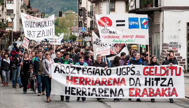 Cabecera de la manifestación que recorrió ayer por la tarde el centro urbano de Elizondo.