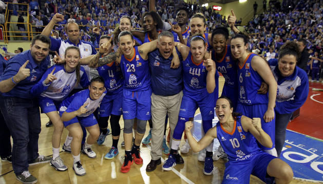 María Asurmendi, abajo a la izquierda, celebra el título de liga.