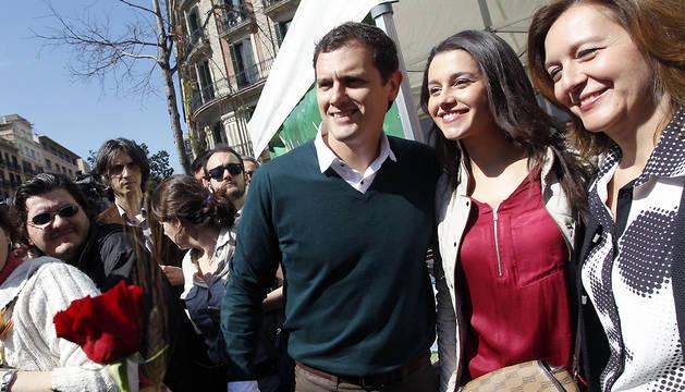 El presidente de Ciudadanos, Albert Rivera, y la líder en Cataluña, Inés Arrimadas (2d), en la Feria del libro con motivo de la Diada de Sant Jordi.