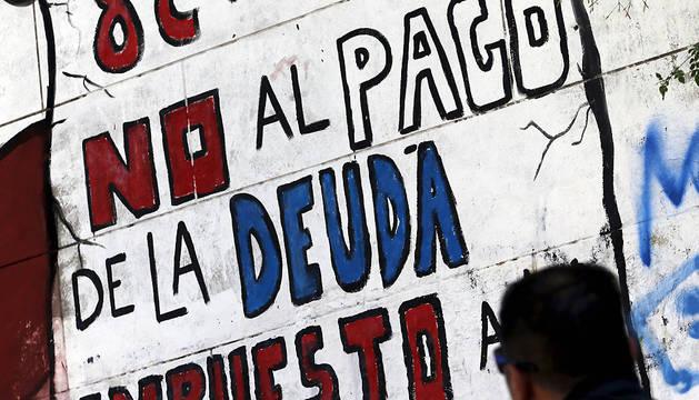 Un grafiti en Buenos Aires pide no pagar la deuda argentina.