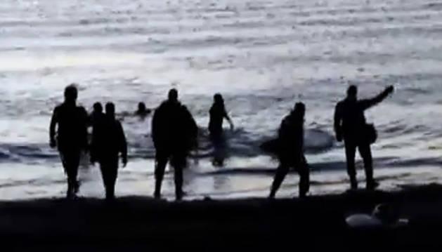 Unos 100 subsaharianos aprovecha la marea baja para llegar a Ceuta