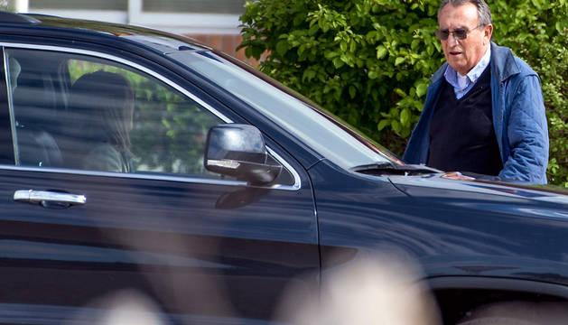 Carlos Fabra, expresidente de la Diputación de Castellón, abandona la prisión de Aranjuez.