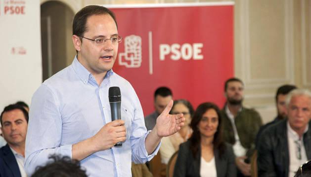 El PSOE busca la cuadratura del círculo: abaratar costes sin acortar la campaña