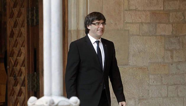El presidente de la Generalitat, Carles Puigdemont, que protagoniza su primer Sant Jordi como jefe del ejecutivo, preside la misa con motivo de la festividad.
