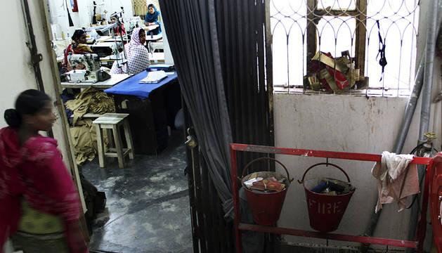Trabajadores dentro de una fábrica en Dhaka.