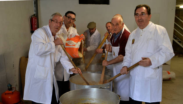 Los cocineros preparando las 3.000 raciones de migas de pastor.