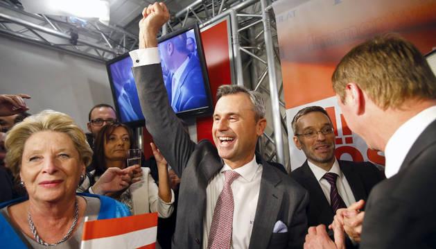 El candidato a la presidencia el partido ultraderechista FPÖ,  Norbert Hofer, celebra los resultados.