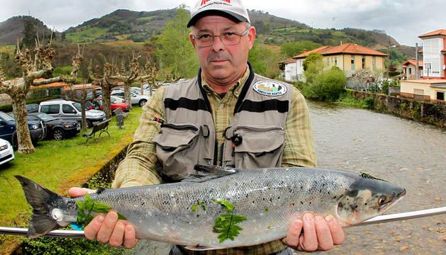 El pescador Guillermo Maroño Varela de 54 años y vecino de la localidad coruñesa de Pontedeume, posa con el