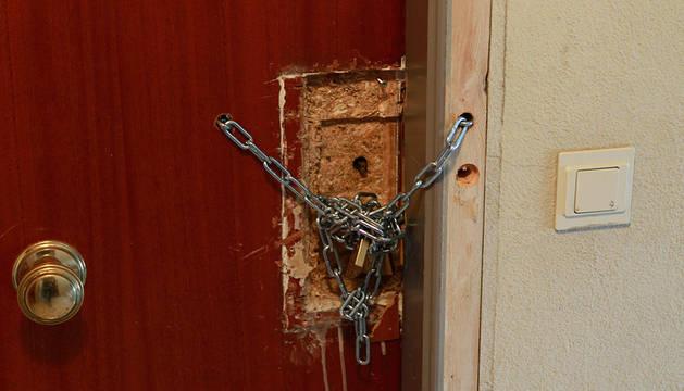 Un candado en una puerta.