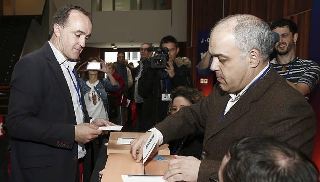 Javier Esparza deposita su voto ante Eradio Ezpeleta.