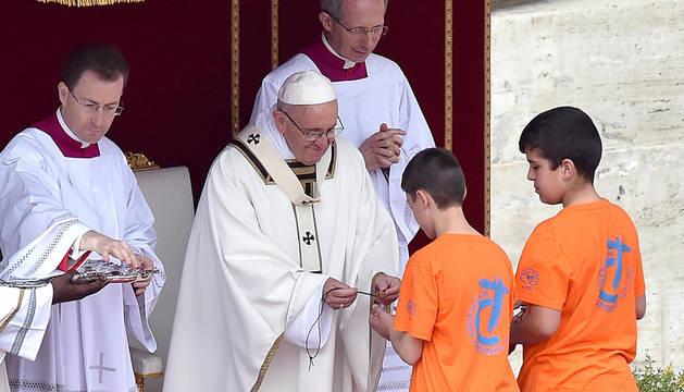 El Papa, con dos jóvenes en la Plaza de San Pedro.