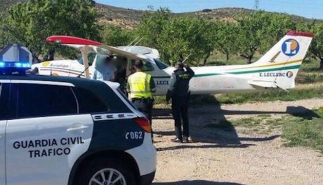 La avioneta que pilotaba Eugui fue desplazada de la carretera, donde aterrizó, a un terreno de huerta colindante.