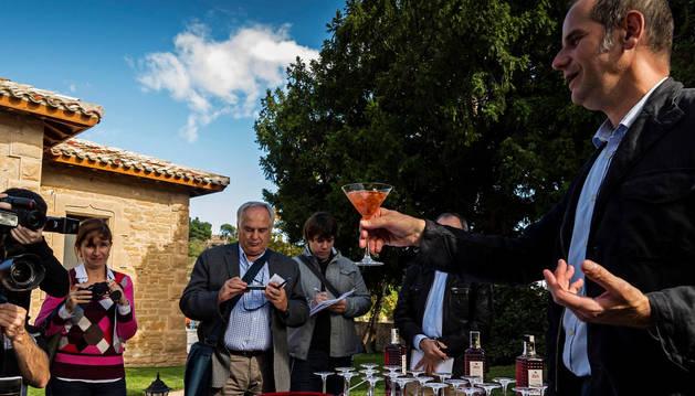 Adrián Subía, director de Zoco muestra un cóctel de pacharán, una 'versión' moderna de esta bebida.
