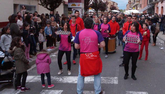 Instante del desfile que protagonizó el grupo castejonero de percusión Tirik-Tita.