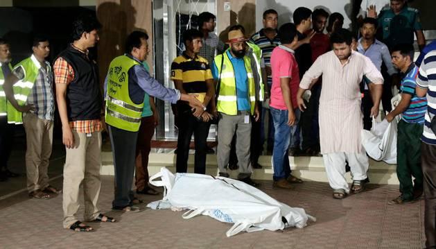 Los cuerpos de Xulhaz Mannan y su amigo Mahbub Tonoy son trasladados tras ser asesinados por un grupo de hombres no identificados.