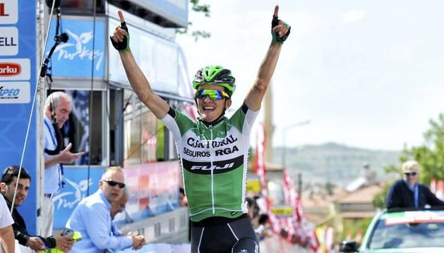 Pello Bilbao celebra su victoria en Turquía.