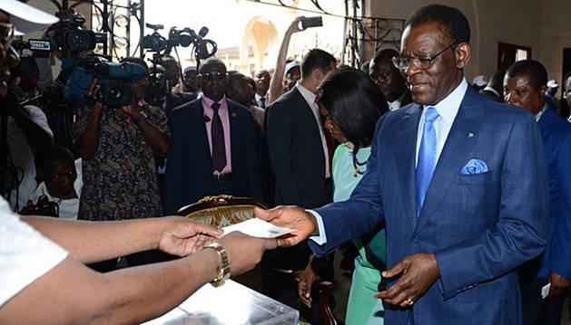 Teodoro Obiang Nguema, junto a su esposa, depositando su voto.